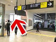 (1) 中目黒駅正面改札を出て左に進みます。